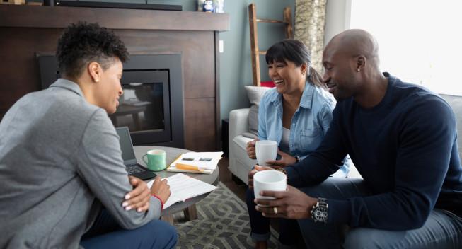 Reunión del asesor financiero con la pareja en la sala de estar