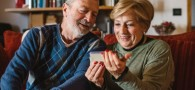 Abuelos Usando FaceTime con la Familia