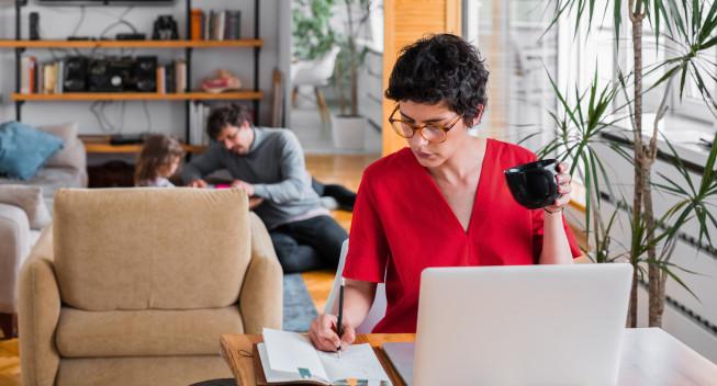Mujer ahorrando para la jubilación