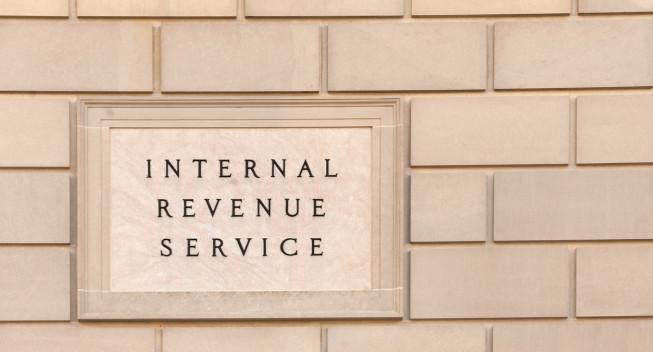 Letrero en el edificio de la sede del IRS en el centro de Washington, DC