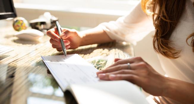Mujer mirando su impuesto sobre la nómina